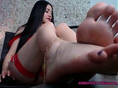Her sexy toes and feet on cam